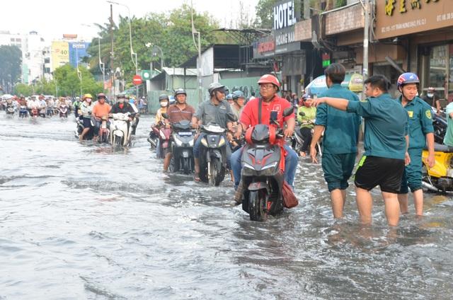 Hàng loạt tuyến đường ở Sài Gòn chìm trong biển nước vì bể nắp cống - 6