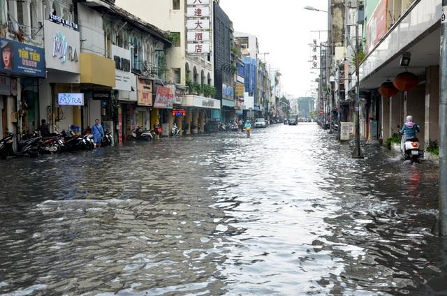 Hàng loạt tuyến đường ở Sài Gòn chìm trong biển nước vì bể nắp cống - 10