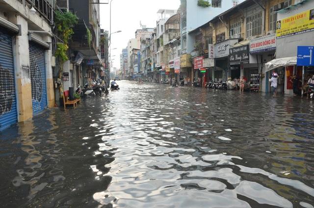 Hàng loạt tuyến đường ở Sài Gòn chìm trong biển nước vì bể nắp cống - 2