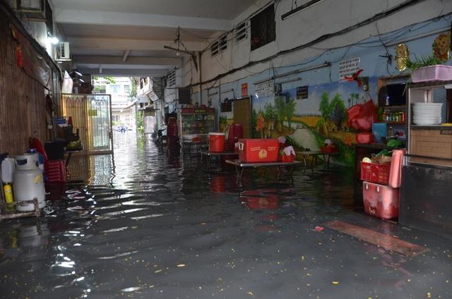 Hàng loạt tuyến đường ở Sài Gòn chìm trong biển nước vì bể nắp cống - 3