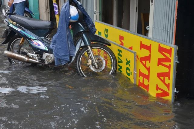 Hàng loạt tuyến đường ở Sài Gòn chìm trong biển nước vì bể nắp cống - 4