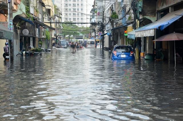 Hàng loạt tuyến đường ở Sài Gòn chìm trong biển nước vì bể nắp cống - 9