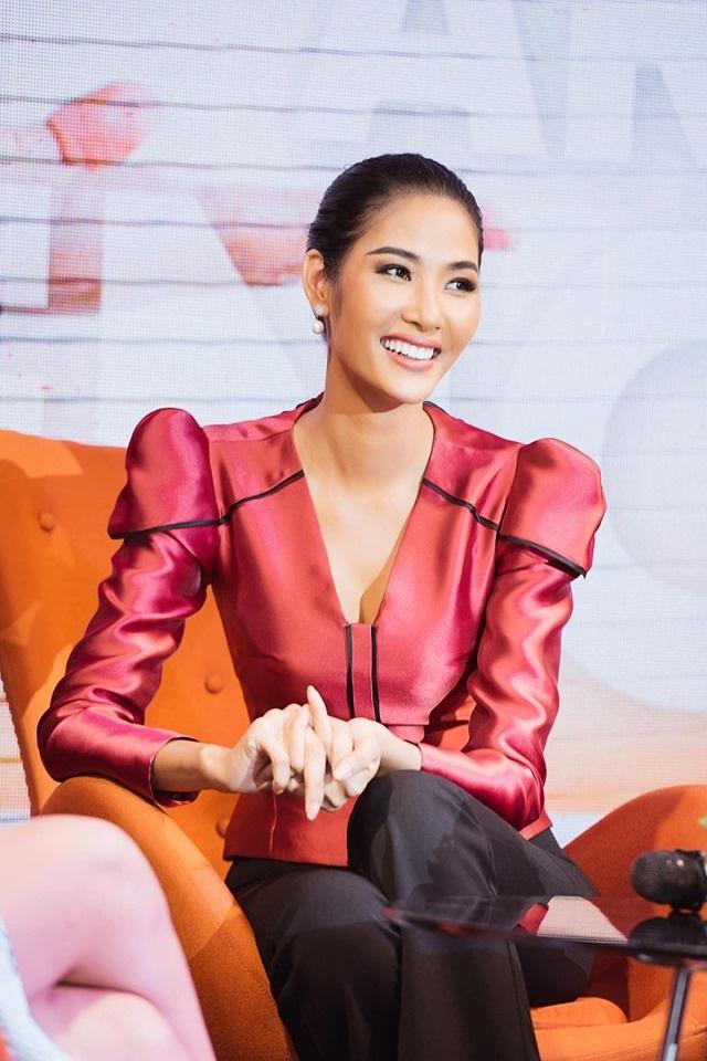 """Hoàng Thuỳ khoe nhan sắc """"lên hương"""" nhờ chỉnh răng trước thềm Miss Universe 2019 - 2"""