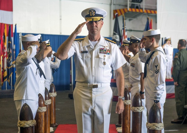 Hải quân Mỹ thay chỉ huy nhóm tàu chiến lớn nhất trên tàu sân bay ở Biển Đông - 1