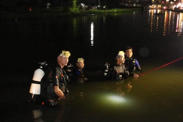 Nước dâng ngập xóa làn đường, một phụ nữ lao xe xuống hồ tử vong - 1