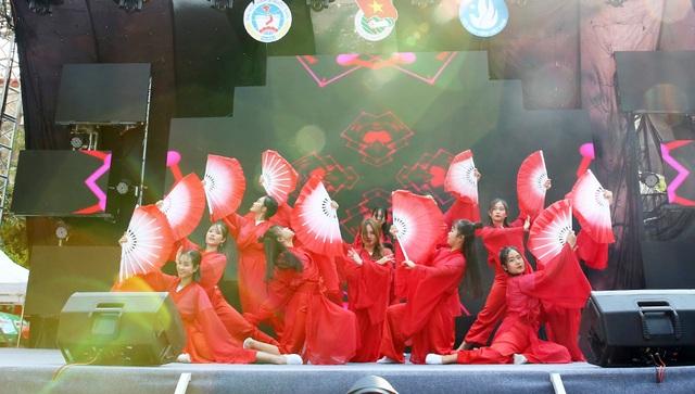 Nam thanh nữ tú ĐH Kinh tế quốc dân cháy hết mình trong đêm nhạc đầu năm học - 10