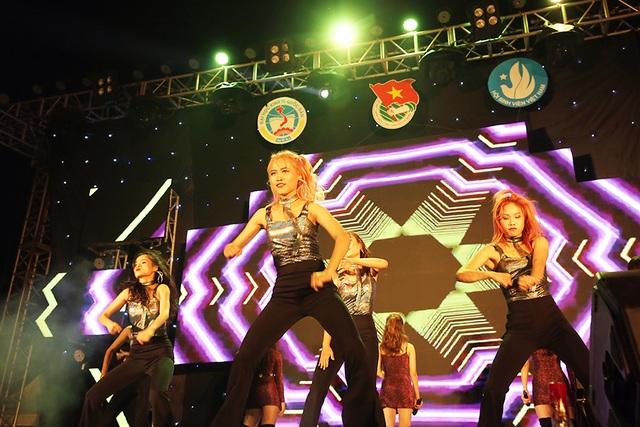 Nam thanh nữ tú ĐH Kinh tế quốc dân cháy hết mình trong đêm nhạc đầu năm học - 4
