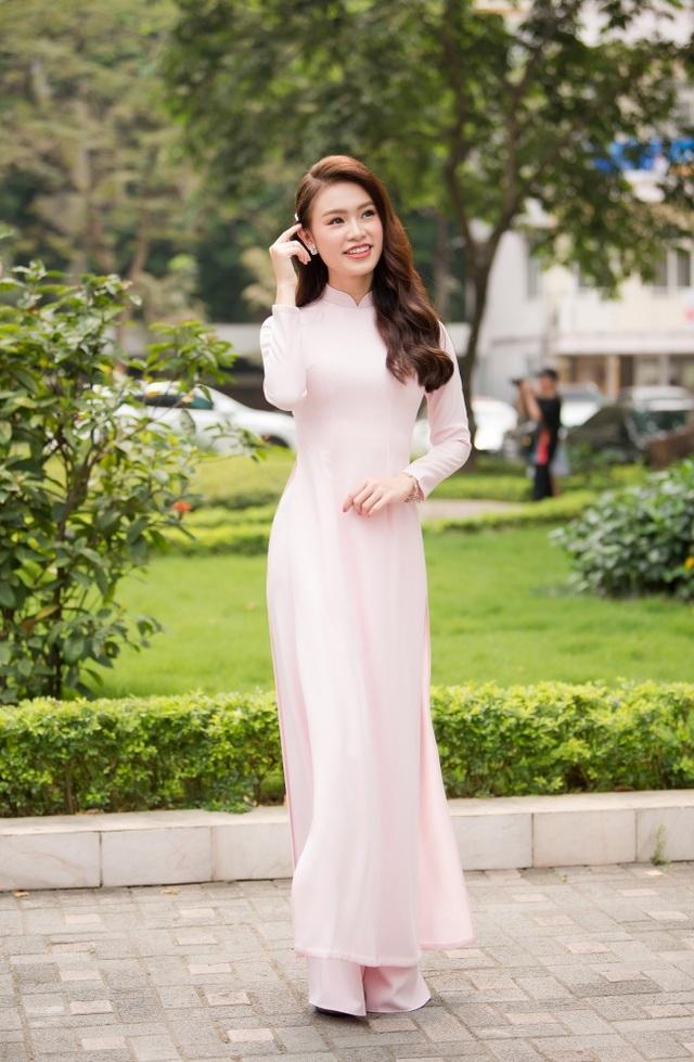 """""""Cô gái vàng"""" của làng Hoa hậu Việt Nam tốt nghiệp ĐH Ngoại thương loại xuất sắc - 17"""