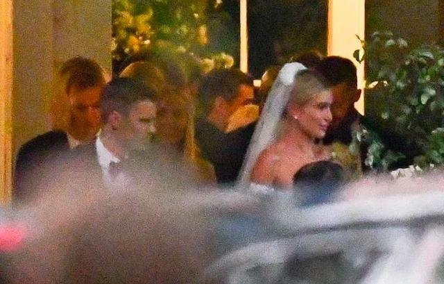 Justin Bieber hôn môi bà xã Hailey Baldwin say đắm trong hôn lễ thế kỷ - 2