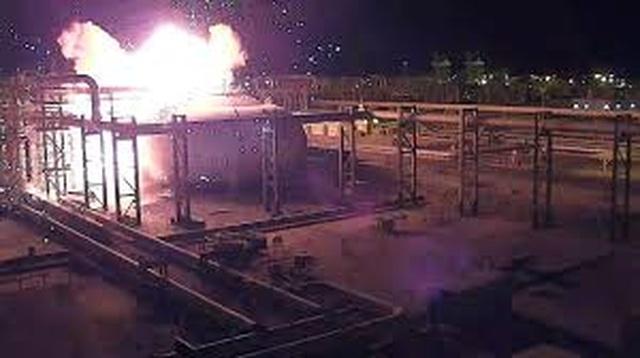 """Khoảnh khắc nhà máy dầu Ả rập Xê út  nổ như """"cầu lửa"""" - 1"""