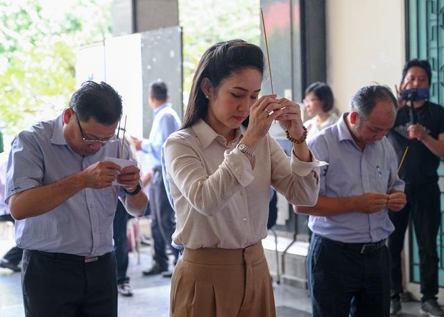 NSND Trung Anh bay từ Hà Nội vào TPHCM viếng NSND Thế Anh - 8