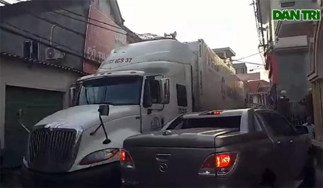 Hãi hùng cảnh những chiếc xe đầu kéo lừng lững chui vào khu dân cư - 1