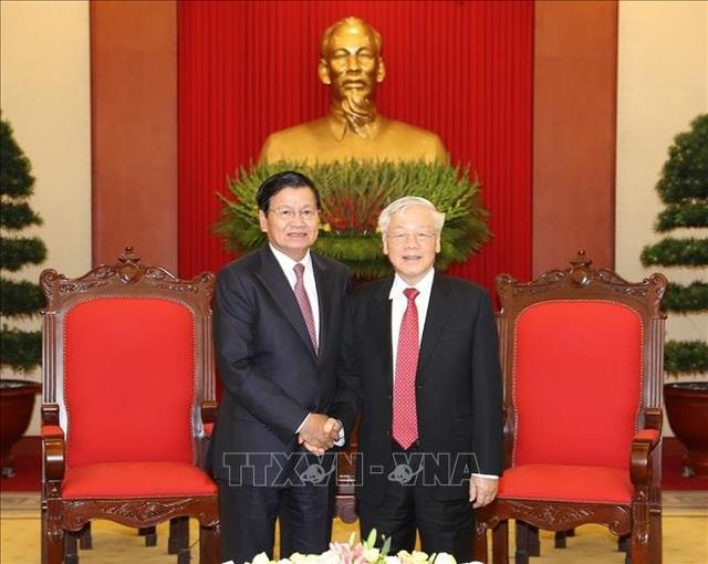 Tổng Bí thư tiếp Thủ tướng Lào, hai bên ký kết và trao 8 văn kiện hợp tác