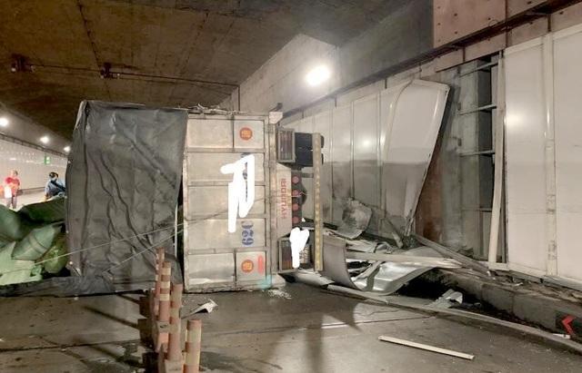 Xe tải lật ngang, bốc cháy trong hầm Thủ Thiêm - 2