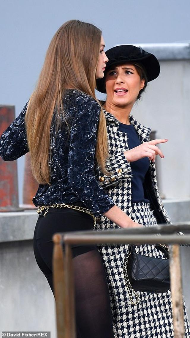 Diễn viên hài gây sốc khi nhảy vào giữa buổi trình diễn của Chanel - 4