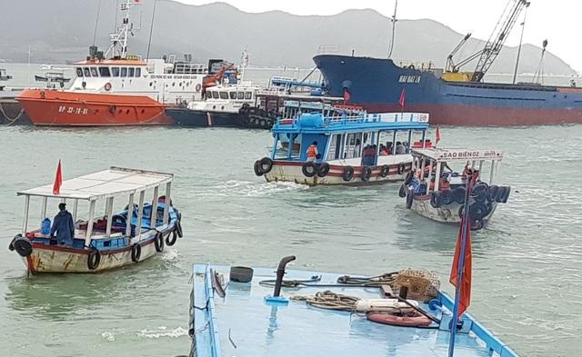 Cứu sống 3 du khách trẻ bị chìm tàu trên Vịnh Nha Trang - 1