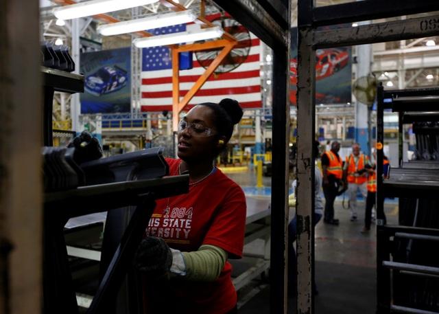 Sản xuất của Mỹ tồi tệ nhất trong 10 năm, Tổng thống Trump đổ lỗi cho FED - 1
