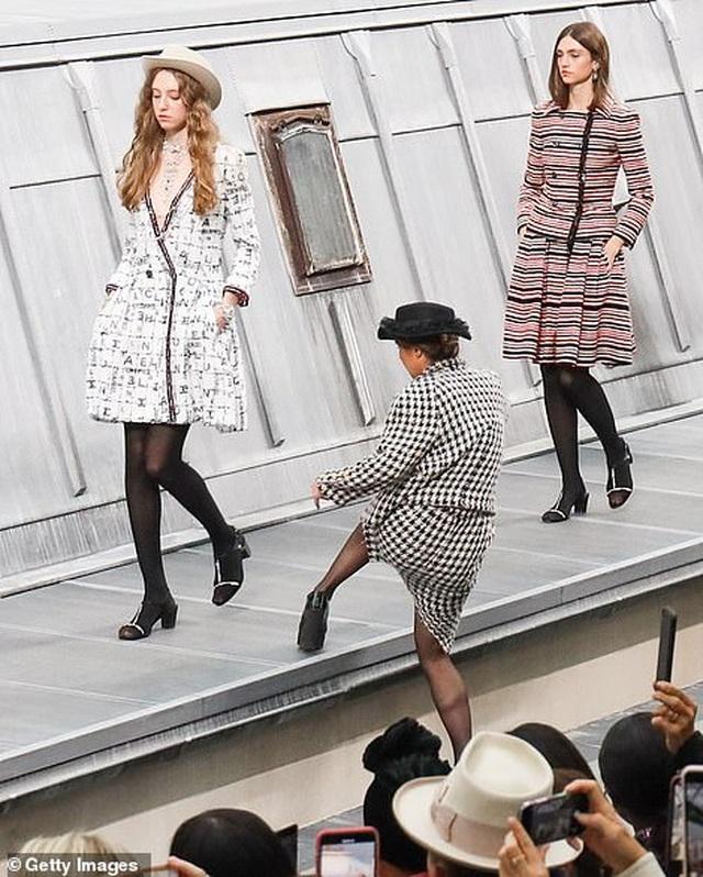 Diễn viên hài gây sốc khi nhảy vào giữa buổi trình diễn của Chanel - 2
