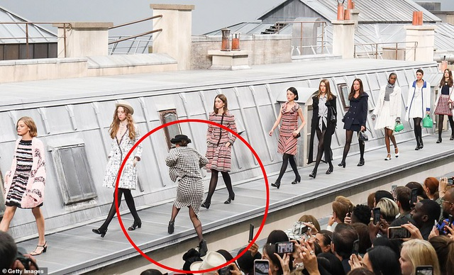 Diễn viên hài gây sốc khi nhảy vào giữa buổi trình diễn của Chanel - 1