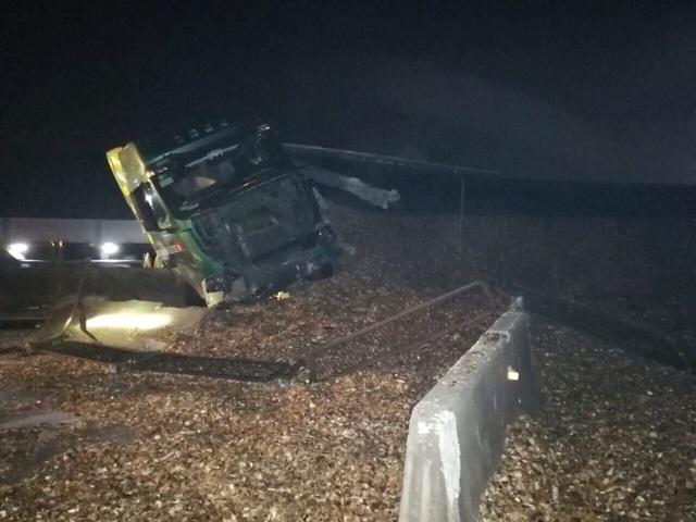 Xe container lật nghiêng, gỗ dăm đổ tràn đường dọn suốt đêm không hết - 2