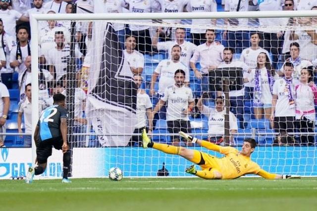 Quyết định lạ lùng của HLV Zidane khi Real Madrid thua 2 bàn - 1
