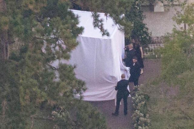 Đám cưới Justin Bieber: Cô dâu trốn trong chiếc lồng siêu to khổng lồ để tránh paparazzi - 1