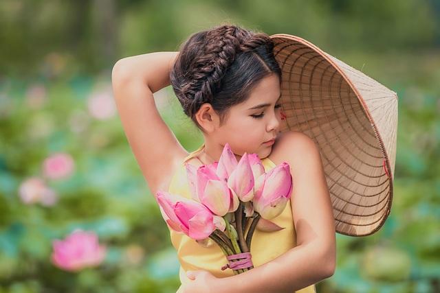 Bông hồng lai Pháp - Việt đốn tim người xem với bộ ảnh bên sen - 5
