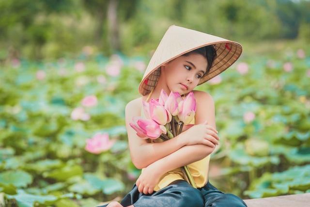 Bông hồng lai Pháp - Việt đốn tim người xem với bộ ảnh bên sen - 6