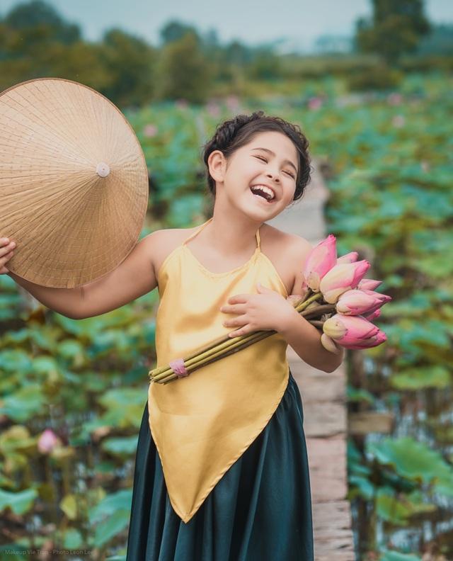 Bông hồng lai Pháp - Việt đốn tim người xem với bộ ảnh bên sen - 8