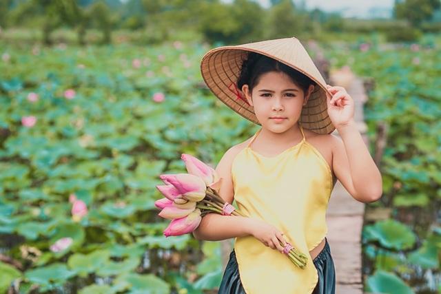 Bông hồng lai Pháp - Việt đốn tim người xem với bộ ảnh bên sen - 9