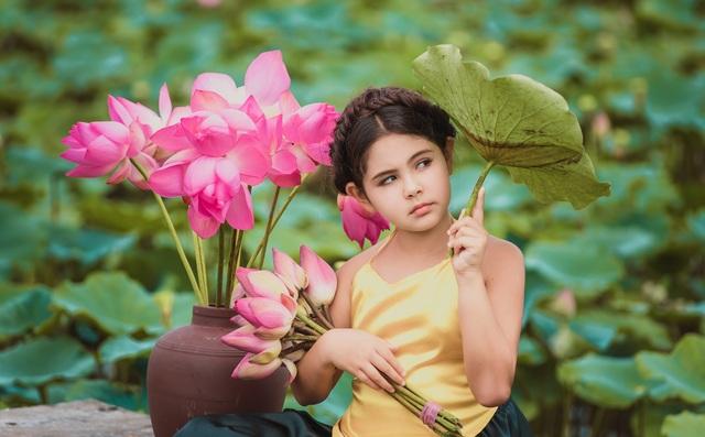 Bông hồng lai Pháp - Việt đốn tim người xem với bộ ảnh bên sen - 2