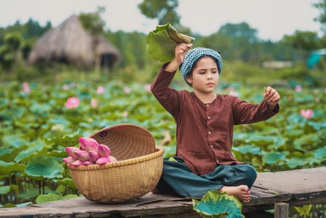 Bông hồng lai Pháp - Việt đốn tim người xem với bộ ảnh bên sen - 1