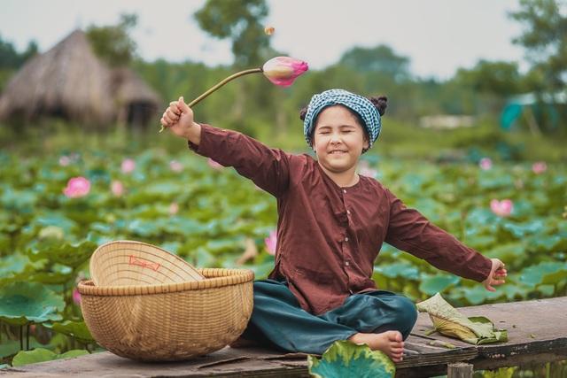 Bông hồng lai Pháp - Việt đốn tim người xem với bộ ảnh bên sen - 11
