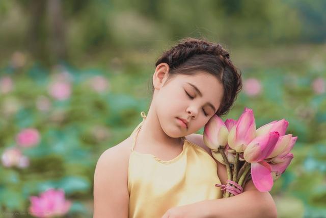 Bông hồng lai Pháp - Việt đốn tim người xem với bộ ảnh bên sen - 7