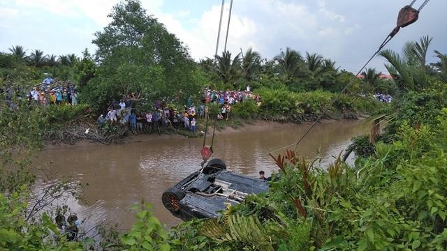Một thai phụ và 2 thanh niên tử vong trong chiếc xe Mercedes chìm dưới rạch - 1