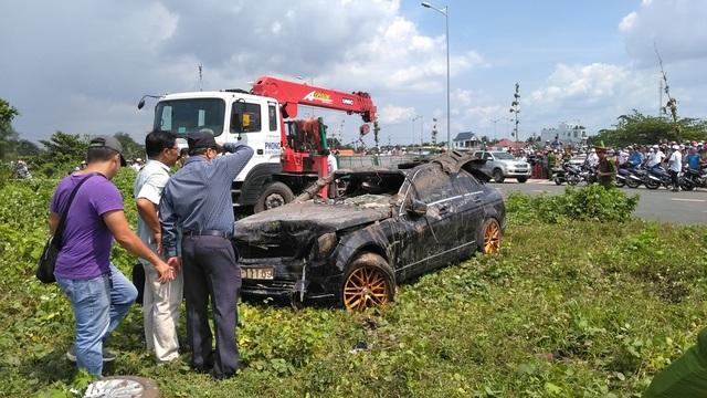 Một thai phụ và 2 thanh niên tử vong trong chiếc xe Mercedes chìm dưới rạch - 2