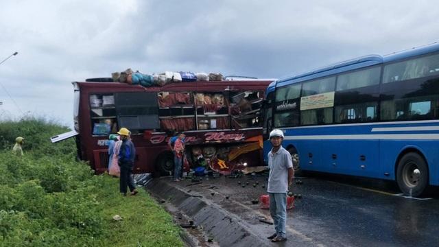 Hai xe khách va chạm nhau, 7 người bị thương - 2