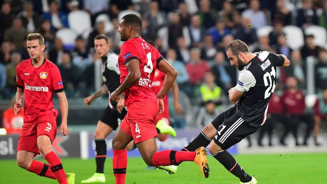 C.Ronaldo lập công giúp Juventus đại thắng ở Champions League - 1