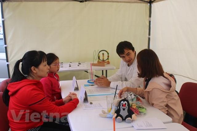 Bác sỹ trẻ người Việt góp sức nâng cao sức khỏe cộng đồng tại Séc - 2