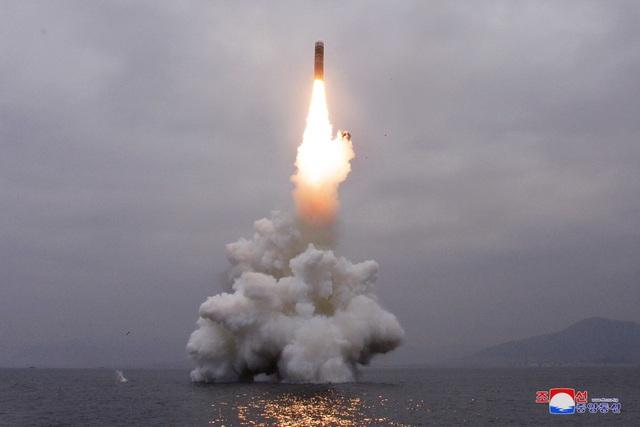 Triều Tiên bắn tín hiệu cứng rắn qua vụ khai hỏa tên lửa từ tàu ngầm - 2