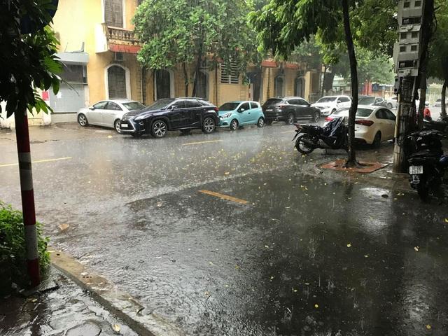 Hà Nội đón mưa vàng sau chuỗi ngày nắng rát và ô nhiễm không khí nặng nề - 2