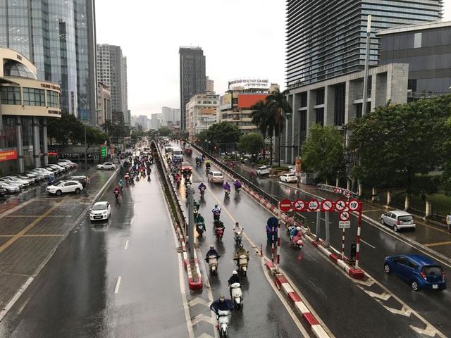 Hà Nội đón mưa vàng sau chuỗi ngày nắng rát và ô nhiễm không khí nặng nề - 1