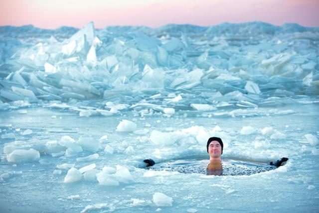 Bơi trong nước lạnh có ích cho sức khỏe? - 1