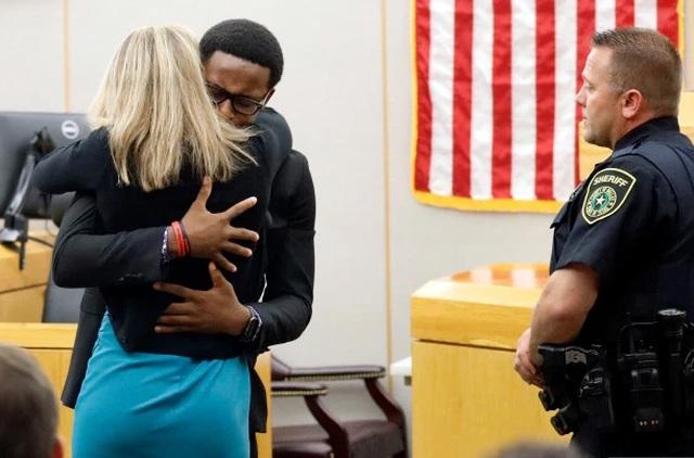Khoảnh khắc ngoài kịch bản trong phiên xử nữ cảnh sát Mỹ bắn chết hàng xóm - 1