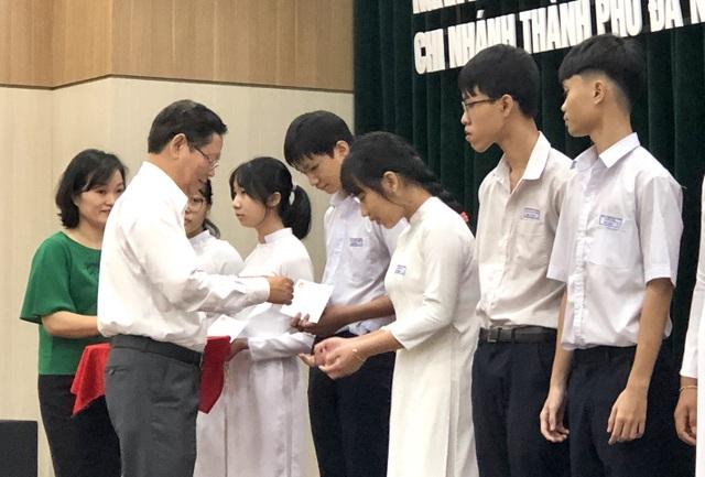 Đà Nẵng: Trao học bổng bảo trợ học sinh vượt khó hiếu học - 2