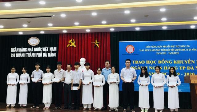 Đà Nẵng: Trao học bổng bảo trợ học sinh vượt khó hiếu học - 1