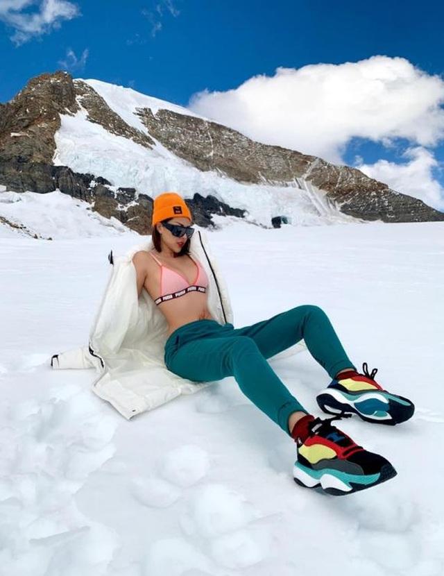 Kỳ Duyên cởi áo khoe nội y giữa núi tuyết   - 9