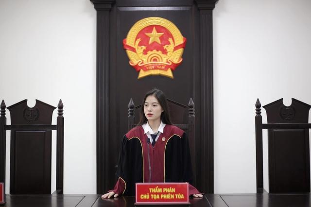 Nữ sinh khoác trang phục thẩm phán xinh đẹp và khí chất gây sốt mạng - 2