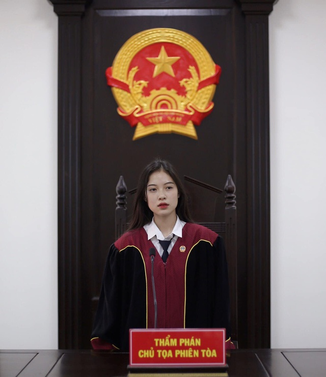 Nữ sinh khoác trang phục thẩm phán xinh đẹp và khí chất gây sốt mạng - 3