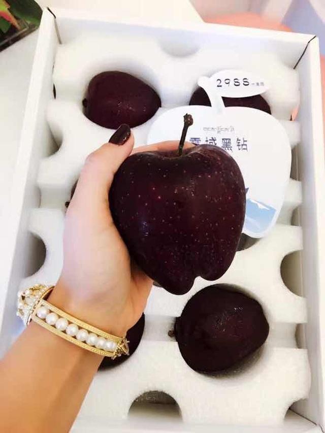 Quả táo đen xì đen xịt độc, lạ, ngon, bổ giá gần nửa triệu mỗi quả - 4